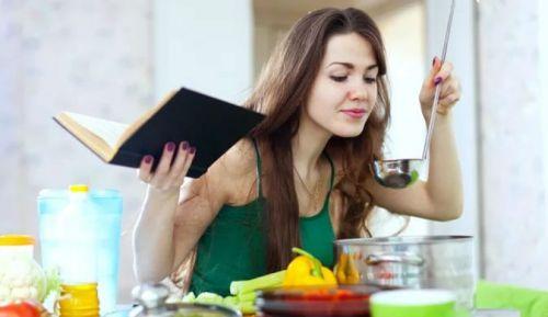 Женщина готовит обед