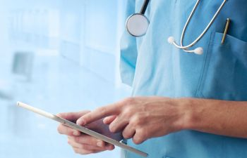 Устройство HealthyWatch для мониторинга сердечного здоровья человека